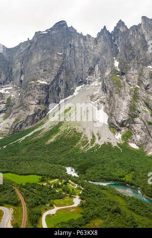 Luftaufnahme über Tal Romsdalen, Østfold, Norwegen. Die 3000 Meter vertikale Trollmauer ist oben in der Mitte. Stockbild