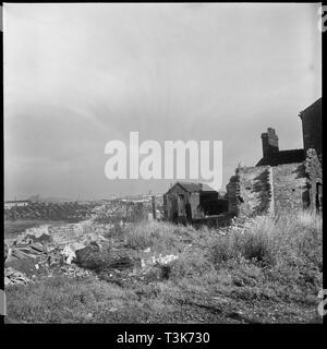 Bedford Street, Shelton, Stoke-on-Trent, 1965-1968. Blick nach Nordosten vom westlichen Ende der Bedford Street zeigt die teilweise zerstörten Häuser von Bedford Street links im Vordergrund und die Dresdner Keramik arbeitet im linken Fuß. Stockbild