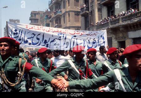 Schah von Iran seine Staatsbegräbnis Kairo Ägypten. Soldaten halten sie zurück Massen 1981.1980 s Stockbild