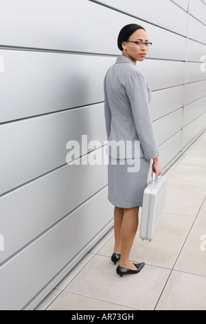 Afrikanische Geschäftsfrau Holding Aktentasche Stockbild