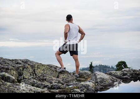 Männliche Wanderer ruht auf Berg, Hund Berg, BC, Kanada Stockbild