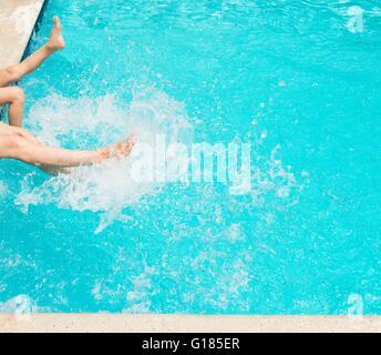 Beine, Spritzwasser im Schwimmbad Stockbild