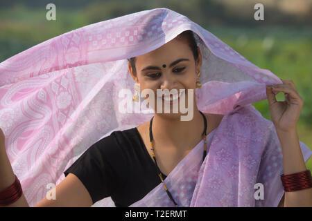 Porträt einer Frau traditionell gekleidet, die den Kopf bedeckt, die von Sari. Stockbild