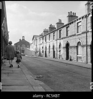 Die Shirley Street, Saltaire, Shipley, Bradford, West Yorkshire, 1966-1974. Blick nach Westen entlang Shirley Street mit Saltaire Grundschule auf Albert Road im Hintergrund sichtbar. Stockbild