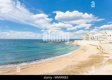 Gallipoli, Apulien, Italien - Sonnenschein am breiten Strand von Gallipoli Stockbild