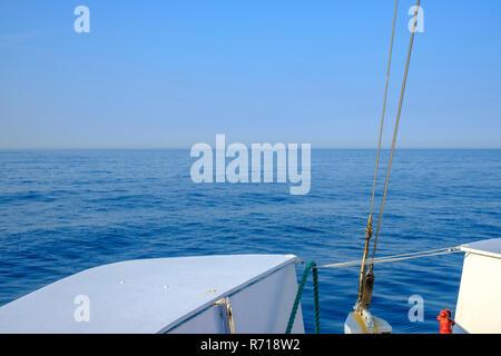 Maritime Aussicht vom Bug eines Schiffes auf die offene See, den Horizont. Stockbild