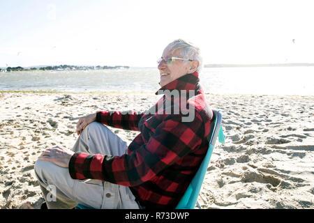 Ältere erwachsene Mann genießen Strand Stockbild