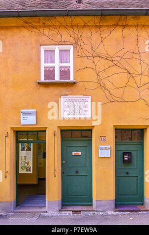 Fuggerei, Augsburg, Bayern, Deutschland - Das Haus in Mittlere Gasse Nr. 14, wo Wolfgang Amadeus Mozarts Urgroßvater lebte. Stockbild