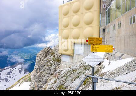 Auf dem Gipfel des Säntis, Appenzell Alpen, Schweiz - fingerposts und Bergstation Gebäude. Stockbild