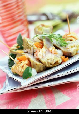 Marinierten Artischocken, gefüllt mit Salbei und mariniertes Kalbfleisch Salat Stockbild