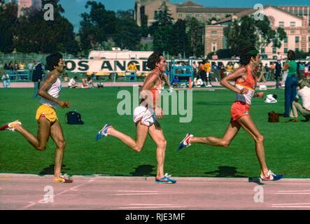 Frank Kürzere führt Craig der Jungfrau konkurrieren in der 10,00 Meter in den USA 1977 Outdoor Leichtathletikmeisterschaften Stockbild