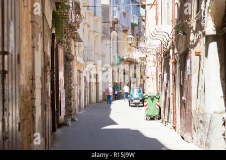Taranto, Apulien, Italien - 31. MAI 2017 - Ureinwohner in den Straßen von Taranto in Italien Stockbild