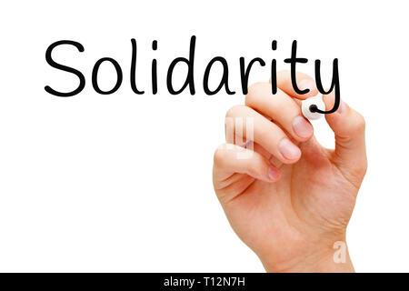 Hand schreiben das Wort Solidarität mit schwarzem Marker auf Transparenten abwischen Board auf weißem Hintergrund. Stockbild