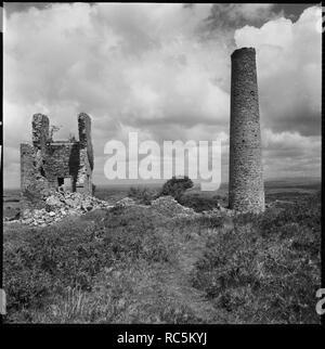 Wheal Jenkin Mine, Caradon Hill, Schergen, Linkinhorne, Cornwall, 1967-1970. Der nord-östlichen Engine House und freistehenden Schornstein bei Quaddel Jenkin Mine gesehen aus dem Südwesten. Stockbild