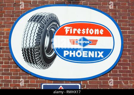 Altes Schild Firestone, Reifen, Phoenix auf eine Tankstelle, Bruchhausen-Vilsen, Niedersachsen, Deutschland, Europa ich altes Schild Firestone, Reifen, Phoenix in ei Stockbild