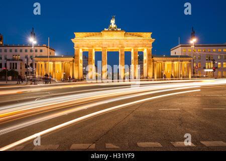 Das Brandenburger Tor in der Dämmerung mit Beschleunigung Ampel trails Stockbild