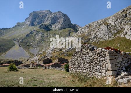 """Alte Tiere Scheunen oder """"ajadas' bei Vegas de Sotres (oder Vegas del Toro) unter El Escamellau Peak, in der Nähe von Sotres, Picos de Europa, Asturien, Spanien. Stockbild"""