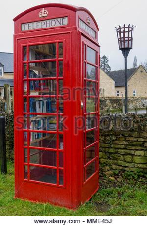 Rote Telefonzelle als Buch exchange Rutland England Großbritannien Stockbild
