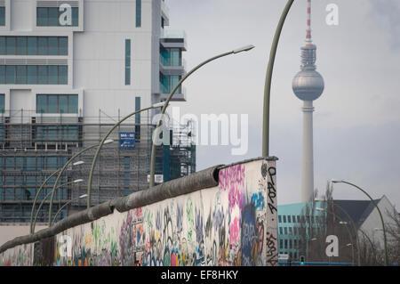 Der Berliner Fernsehturm aus der Berliner Mauer an der East Side Gallery, Mühlenstraße in Friedrichshain Stockbild