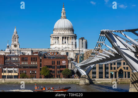 England, London, London, Millenium Bridge und St. Paul's Cathedral Stockbild