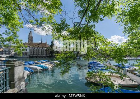 Boot pier, Limmat, Grossmünster, Wasser Kirche, Feder, Zürich, Schweiz Stockbild