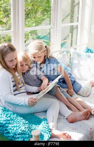 Drei Mädchen Buch Stockbild