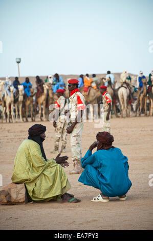 Touareg Nomaden und Militär auf die Cure Salée Festival in Niger Stockbild