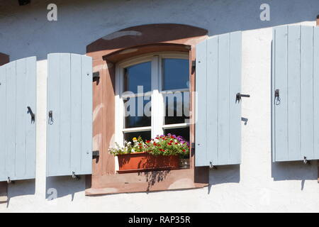 Altes Fenster mit Fensterläden aus Holz im Stadtteil St. Arnual, Saarbrücken, Saarland, Deutschland Stockbild