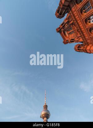 Niedrigen Winkel Blick auf das Rote Rathaus (Rothes Rathaus) und Funkturm Berlin (Berliner Funkturm), Deutschland Stockbild