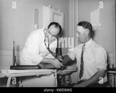 Arzt an einer medizinischen Genossenschaft der Blutdruck eines Patienten in Box Elder County, Utah, 1940. Im Nordwesten Stockbild