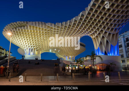 La Setas de Sevilla, Metropol Parasol ist eine Holzkonstruktion im La Encarnacion Platz bei Sonnenuntergang, Sevilla, Andalusien, Spanien, Europa Stockbild