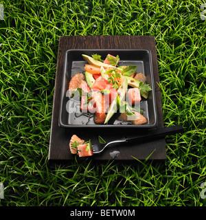Salat aus Wassermelone, Avocado, Grapefruit, Minze und Koriander. Stockbild