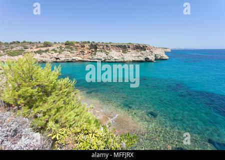 Calas de Mallorca, Mallorca, Spanien - ein wunderbarer Anblick auf die Bucht von Calas de Mallorca Stockbild