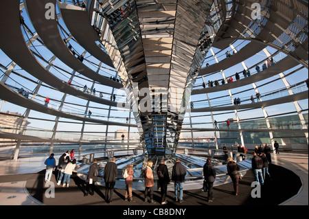 Blick auf die gläserne Kuppel über Kammer am Reichstag in Berlin Deutschland diskutieren; Architekt Norman Stockbild