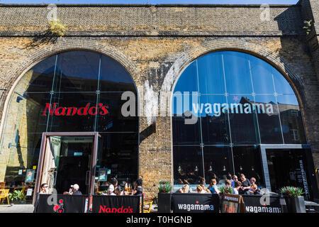 England, London, Southwark, London Bridge City, Borough Markt, Clink Street, Nando's und Wagamama Restaurants Stockbild