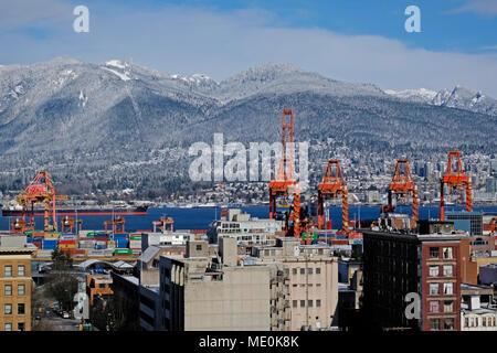 Vancouver Hafen mit Grouse Mountain auf der Linken, Vancouver, British Columbia, Kanada Stockbild