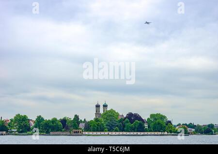 Waterfront Silhouette mit Schlosskirche und Ausgangsebene, Friedrichshafen am Bodensee, Baden-Württemberg, Deutschland, Europa. Stockbild