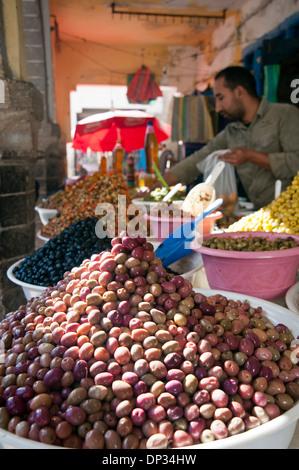 Pyramiden von Oliven auf dem Display vor Geschäft in Essaouira, Marokko Stockbild