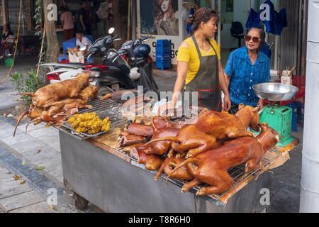 Vietnam, Red River Delta, Hanoi, Frau verkaufen Hund Fleisch auf dem Markt Stockbild