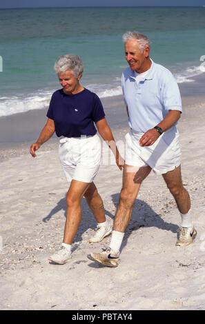 Senior paar Power Walking am Strand HERR © Myrleen Pearson.. Ferguson Cate Stockbild