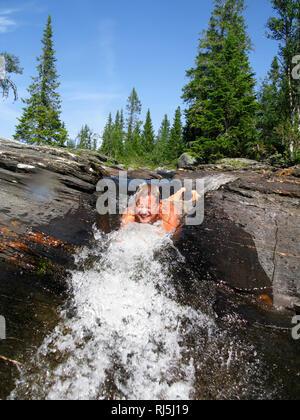 Schwimmen in einem Bach Stockbild