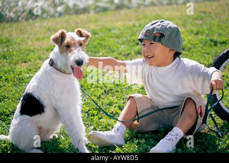 Junge mit einem Hund Stockbild