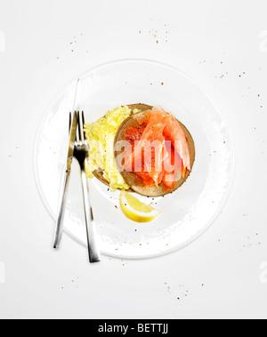 Pfannkuchen umhüllt mit Eiern und geräuchertem Lachs. Stockbild