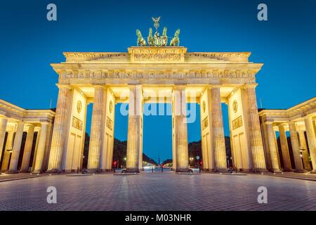 Klassische Ansicht der Brandenburger Tor (Brandenburger Tor), einer der bekanntesten Wahrzeichen und nationale Symbole Stockbild