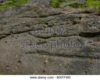 Schäden an Gesteinen aus der Kriegszeit Schießwesen Praxis Burbage Kante Derbyshire Peak District Stockbild