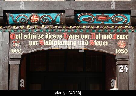 """Fachwerk Rahmen mit Inschrift """"Gott malte das Haus schützen vor Not und Feuer vor Ort Planung und Steuer"""", historisches Fachwerkhaus, Ol Stockbild"""