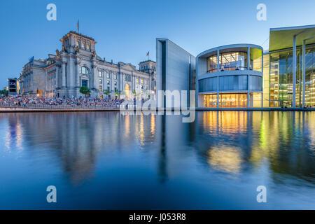 Panorama der modernen Berliner Regierungsviertel mit berühmten Reichstagsgebäude und der Spree entlang Stockbild