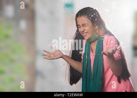 Ländliche Mädchen Spritzwasser im Gesicht Stockbild