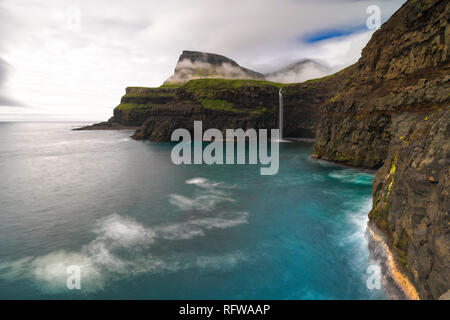 Wasserfall von Gasadalur, Vagar Island, Färöer, Dänemark, Europa Stockbild