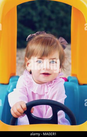 Kleine Mädchen Spaß haben in einem Park Stockbild